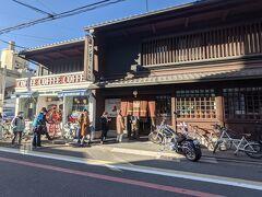 2日目。 ホテルをチェックアウトし、京都出身の知人に聞いたイノダコーヒの本店へタクシーで。朝9時半に到着しましたが既に行列が。