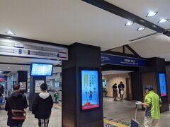 仕方なく、地下鉄と電車で行く事にしました。 祇園四条駅から地下鉄に乗車して北上。