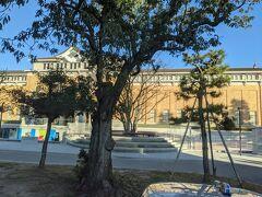 バスはひたすら南下し京都国立博物館の横を通過。