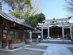 ●牛嶋神社  公園の北側には、ここ本所の総鎮守である「牛嶋神社」が鎮座しているので、お参りしていくことに。 お、本殿前の鳥居はとても珍しい「三ツ鳥居」(明神型の鳥居を横一列に三つ組み合わせた独特の形式)ですね。
