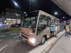 ホテルのバスで京都駅へ。