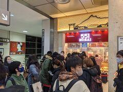 新幹線内で食べようと思っていた551蓬莱は大混雑で断念。