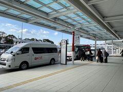 午後2時に鹿児島空港到着。 バジェットレンタカーに向かいます。
