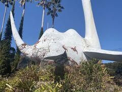 池田湖のほとりのドライブインには謎の生物「イッシー」の像がありました。