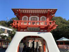 その後、長崎鼻にある酒屋さんで焼酎を買いに行き、ついでに見学した長崎鼻。  長崎鼻の竜宮神社がありました。 けっこう観光客が多かったです。