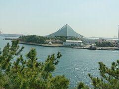 電車から眺めた景色。三角形の建物は八景島シーパラダイス。