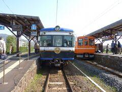 右側のオレンジ色の車両は、1000系で電鉄出雲市駅から川跡駅まで乗車しました。 この車両は、元々東急電鉄で走っていた1000系です。 中間車(運転席のない車両)を改造により運転席を作って運行しております。 台車は、営団地下鉄のものを使用しているようです。  一畑電車は、ワンマンで無人駅も多いです。 川跡駅は、駅員さんがいて乗車案内をしておりました。 川跡駅で大社線乗り換えます。 左側の青色の5000系の車両で出雲大社前駅まで乗車します。 この車両は、元京王電鉄5000系です。 車内の2人掛けのシートは、元々小田急ロマンスカーで使用されていたものです。 一畑電車は、開業時にデハニ50形で運行されてその後、東急電鉄・京王電鉄・南海電鉄高野線で走っていた21000系など大手電鉄で活躍して譲渡された車両と2016年に86年ぶりとなる新造車両も導入されました7000系も走っております。 元南海電鉄の21000系は、子供の頃はよく高野線で乗っていたので好きな車両でしたので一畑電車でも乗りたかったのですが、現在は引退して廃車になって再会できませんでした。