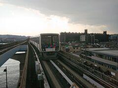 野島公園駅のホームからこんな迫力のあるモノレールを撮影できます。