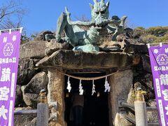 奥津宮の隣の龍宮。こちらは岩屋の真上にあたるため、江島神社の中でも最強のパワースポットだそうです。