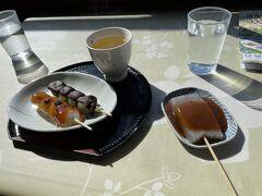 岩屋から江島神社の奥津宮へ行く途中、眺めの良いお茶屋さんで団子を食べました。