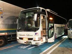大阪難波OCAT(オ~キャット!)のバスターミナルを21:20発、 ユタカ交通の夜行バス。何と博多まで3列シートで4500円! 一週間前の予約でしたが、ギリギリ席が空いていました。  3列の真ん中の席で後方だったのであまり眠れませんでした。 写真は兵庫県の三木SAでのトイレ休憩です。 バスはほぼ満席で、若い人が殆どでした。