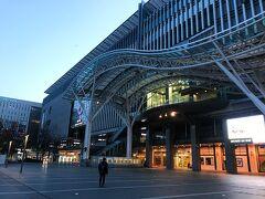 早朝6時に博多のハーツバスターミナルに到着! 歩いて直ぐの博多駅までやって来ました。 当初の予定では博多駅で朝食!でしたが、 テイクアウトのベーカリーしか開店しておらず。