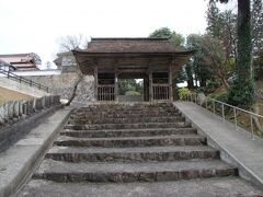 本山寺に無事に到着しました。仁王門からして風格がものすごいですが・・・。 飛鳥時代に役行者により開基されたと伝えられ、後に鑑真和上により名づけられました。当時はここより南にあったそうですが、1110年に現在地に移転したそうです。 江戸時代は津山藩の祈願所となり藩主の霊廟にもなっています。