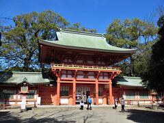 """武蔵一宮氷川神社は大宮公園内に在る近隣随一のお社です。 そもそも「大宮」という地名が """"大いなる宮居"""" から来ているんですよね。 今日は穏やかな良いお天気で、土曜日ということもあり多くの人で賑わっていました。"""