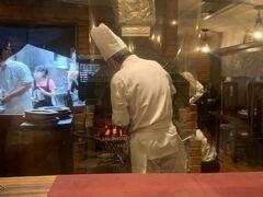 ランチは予約していた「ステーキハウスチャコオキナワ」へ。 観光客より地元の方が多い様子。