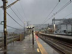 で、6時丁度に根府川に到着。 降りたのはまるきゅー1人だった。 なお、雨がヤバいですがこんなの序の口でした。