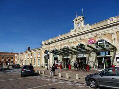 1分早い10:44に乗り換えのナルボン駅に到着。 既にアヴィニョン行きの列車のホームがアナウンスされていたが、駅舎を撮影するためにいったん外へ。
