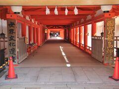拝殿に向かう東廻廊 補修されて朱の色が鮮やか