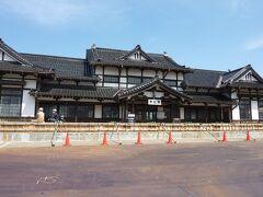 旧国鉄(JR)大社駅に到着して駅舎の中を入りたかったのですが、現在工事中で終わるのが、令和7年12月までで入れず残念… 駅舎には、待合室や当時の時刻表、運賃表が残っているようです。 旧国鉄(JR西日本)大社駅は、明治45年(1912年)に国鉄大社線の開通により開業し、出雲大社へ参拝される方が多く利用されておりました。 かつては、東京から急行列車「出雲」が運行されていました。 JR西日本に民営化された後の1990年4月に廃止になりました。 ちなみに「出雲」の名前を受け継いで現在運行されているのが、寝台特急の「サンライズ出雲」です。 現在は、東京駅からJR出雲市駅までサンライズ出雲で出雲大社へ参拝されるのも今も昔も変わらずですね。