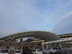 朝5時過ぎに横浜の自宅を出発。ガラガラの高速道路を通りガラガラの成田空港第一ターミナルP1に到着。こんなに空いてる成田の駐車場を見たことがなく、逆にどこに停めていいかわからず戸惑っていたところ、たまたま通りかかった空港職員さんが「1番前空いてますよ」と教えてくださいました。 こんなに空いてる空港は最初で最後であることを願います。