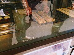 京急弘明寺駅前のたこ焼きと今川焼の店、まみいでランチセットを購入。 370円でたこ焼き6個と今川焼がついてきます。