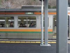 15:48 @川岸駅(長野県岡谷市)  辰野の隣駅、川岸で列車交換。  対向列車はJR東海の213系。JR東日本の駅でJR東海の車両同士が行き違いをするのは不思議ですね(笑)