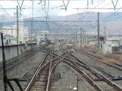 岡谷駅手前で3線が合流します。