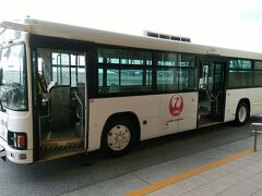 専用バスは、沖縄那覇空港のターミナルビルに到着。