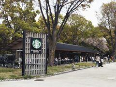 スターバックス上野公園店。 開店間も無いですが、既にお客さんが列をなしていました。 何と、バナナンアーモンドミルクフラペチーノは既に販売終了との事★