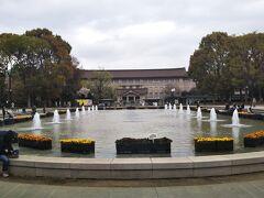竹の台噴水の向こうに東京国立博物館