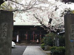 護国院。 東叡山寛永寺の最初の子院です。PHOには護国院って言うより大黒様です(谷中七福神)。 スタバ日医大店に向かう途中、芸大前から言問通りへ出る途中の三叉路角、勿論左側に在ります