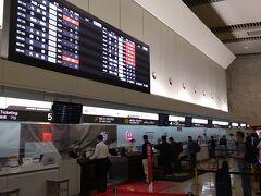 沖縄那覇空港のJALカウンターでは、本日の8フライト分の搭乗券を発券していただきました。