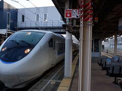 3月26日(金)  福井発4:49が残っていれば、普通列車だけでも神戸空港の飛行機間に合ったんです。神戸前泊も考えたのですが、ややギリギリですが途中特急使えば間に合うので、節約のために敦賀からサンダーバードに乗ります。更にケチなことに、大阪ではなくて京都まで、というのも大阪で乗り換えようが京都で乗り換えようが乗り換える新快速は一緒なので、三ノ宮着の時間はかわりません。敦賀~京都はWEB早特1で合計2570円でした。残りの区間は普通に切符買っています。