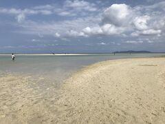 コンドイ浜に着きました。 干潮で、膝から太ももぐらいの深さです。 水着だったらかなり沖の方まで歩けます。 遠くに砂浜が見えますが、たくさんの人が渡って歩いていました。