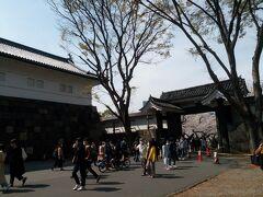 北の丸公園入口にある田安門。右側の正面の門が高麗門(こうらいもん)で、左側の門が櫓門(やぐら門)です。田安門は江戸城が完成した当時から現存する唯一の貴重な建物です。