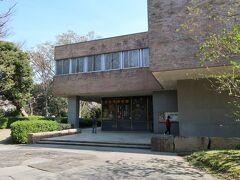 6<浜松市美術館> 浜松城西側の緑豊かな「作左曲輪」跡に建つのが「浜松市美術館」。 1971年に開館した市営の美術館で、浮世絵やガラス絵が有名です。