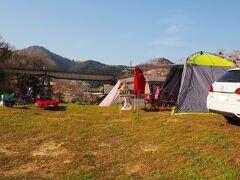朝4時車に荷物を積んで出発した。 途中、伊賀上野のラムーで買い物して6時ごろキャンプ場入り  桜下でしかも芝生を狙っていたが、すでに満杯! 打滝川沿いを「ここをキャンプ地とするぅ!!」 と決めて設営完了!  キャンプ料金は大人一人500円/日なので一泊だと1000円 ごみまで引き受けてくれてこの料金!  ここがこれだけの人気キャンプ場になったのも この格安料金も寄与しているのだろう