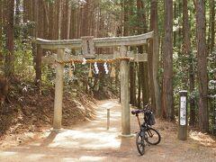 かなり登ってきたぞ! 天乃石立(あまのいわたて)神社の鳥居 ここからは歩いて参拝
