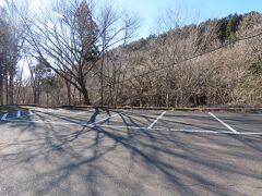 栃木県民の森はとにかく広い! 最初キャンプ場に着いて、山をグルーッと回って裏側の公園管理事務所前にようやく辿り着きました。7時過ぎに着いた時には他に誰もおらず貸切状態。 今日の目当てはこの管理事務所の横を流れる宮川渓谷のトレッキングコースです。