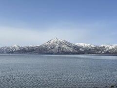 車を走らせて支笏湖へ到着。  湖の向こうに見える雪化粧した山々が綺麗!