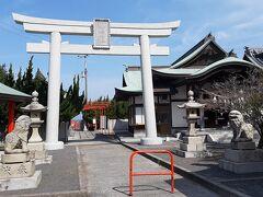 ネットで調べたところ、三豊市の不動の滝が桜の名所とのことで、そこに向かいました。  途中、海に浮かぶ社殿が見えて、行ってみることにしました。  津嶋神社です。