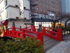 はりまや橋さんです。  江戸時代に,堀川を挟んで商売を行っていた「播磨屋」と「櫃屋」が,両者の往来のために架けた橋が由来とのことです。