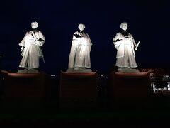 高知駅まで行くと、土佐三志士像がお出迎え。  坂本龍馬・中岡慎太郎・武市半平太の像です。