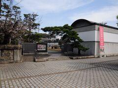 部屋に荷物を置いて、14時半から散策に出かけた。大原美術館に行くため、ホテルと美術館の間にある「新渓園」を通った。新渓園は、無料開放されている日本庭園で、紅葉が美しいという。