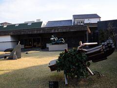 再び新渓園を通ってホテルに戻る。途中左側に大原美術館の分館がある。分館の庭には大きな彫刻がいくつか置かれているが、現在分館は閉館中とのこと。
