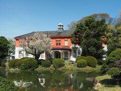 旧東京医学校本館。明治期の木造擬洋風建築で、趣きある建物ですね。スタッフの方に伺うと、現在は改修中という事で見学はできないとの事でした。