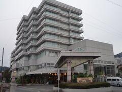 伊東駅から送迎バス5分で 今夜のお宿「ホテルニュー岡部」に到着。 思っていたより実物を見ると立派な建物。