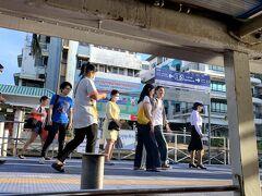 MRT、水上バスを使って、ワットプラケオ(王宮)へ 水上バス、通勤に使っている人も多そうですね。