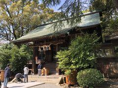 神社の社殿。拝殿前には、行列ができていました。