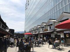 3階の屋外にある、金次郎広場。このテラスで、お団子を買って食べました。